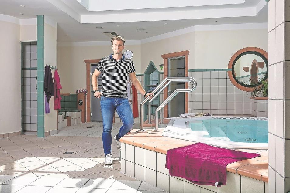 Daniel Wirth, Leiter des Hains, steht im zentralen Bereich der Sauna. In einem Jahr starten hier große Umbauarbeiten.