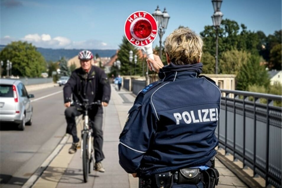 Auf Pirnas Stadtbrücke stoppen die Beamten so manchen Falschradler, verzichten aber auf Strafzettel.