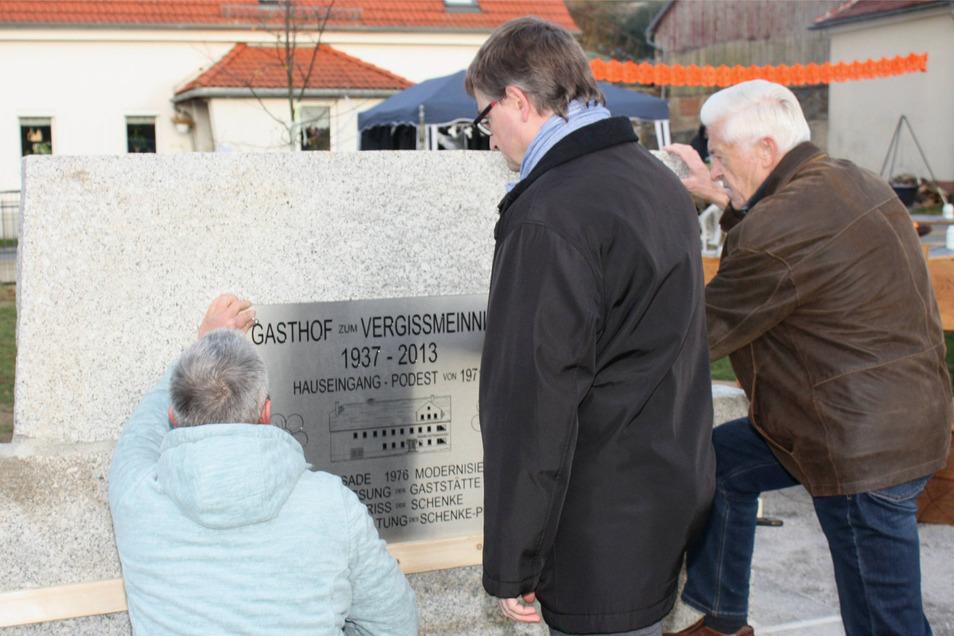 """Wie der Gasthof """"Zum Vergissmeinnicht"""" in Niedersteina von 1937 bis zum Abriss 2013 aussah – darüber informiert eine der beiden Gedenkplatten am neuen Begegnungsplatz im Unterdorf. Auch sie wurde eingeweiht."""