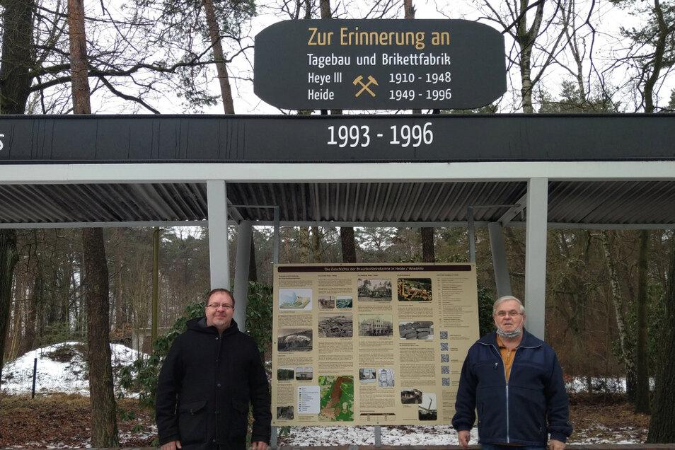 """Thomas Mansfeld (links) und Karl-Heinz Weigel freuen sich über die neue Schautafel an der """"Straße der Besten"""". Gestiftet hat sie der Ortschaftsrat Wiednitz."""