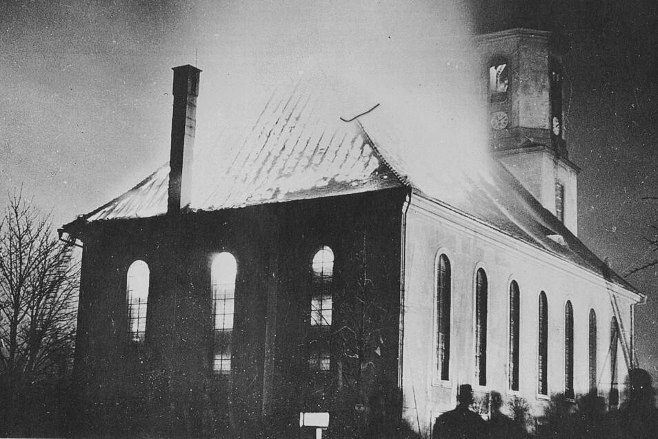 Das Foto, aufgenommen am 23. März 1935, verdeutlicht das Ausmaß der Brandkatastrophe. Das Kirchenschiff mit seinen wertvollen Ausstattungen brannte vollständig aus.