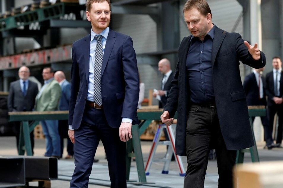 Tino Frindt (rechts) zeigte Michael Kretschmer seine Produktionshalle in Schönbach. Die Brüder Frindt betreiben eine Firma für Blechbearbeitung und Schneidtechnik.