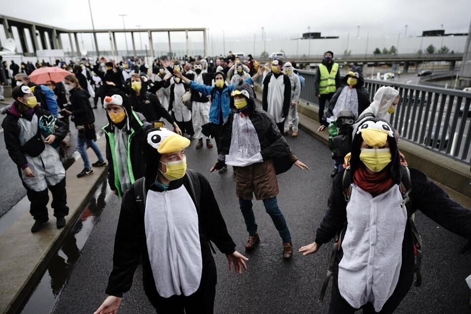 Demonstranten protestierten am Sonnabend vor Terminal 1 für Klimagerechtigkeit.