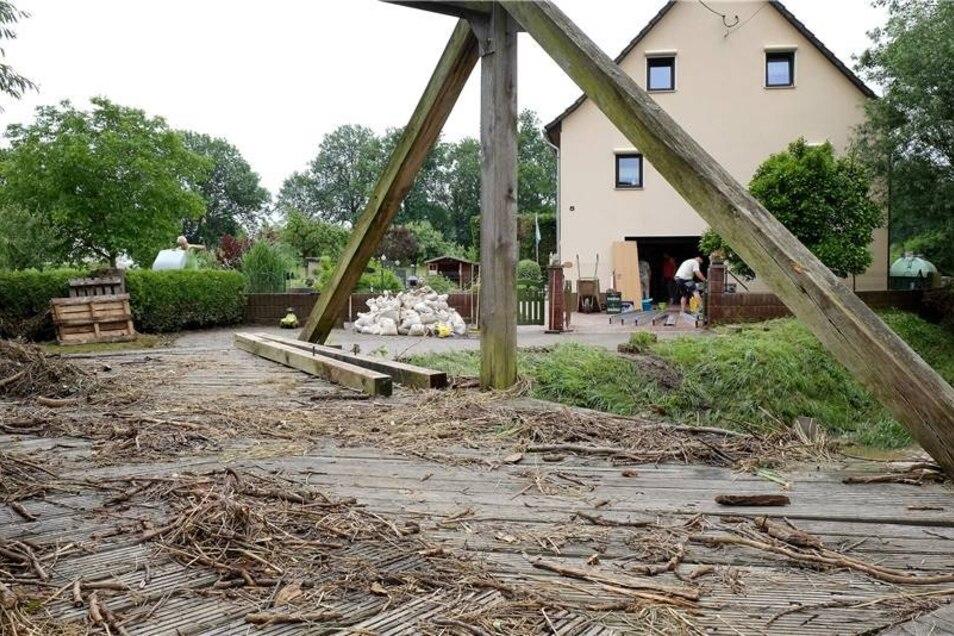 Das Wasser schoss entlang des Ketzerbachs in bis zu 2,1 Meter Höhe und hinterliess Schlamm und Gestrüpp. auch auf der Brücke.
