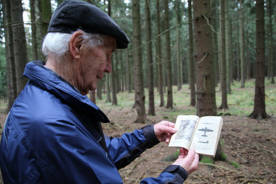 Herbert Liebscher mit dem Typenbuch alliierter Flugzeuge, das er seit der Kriegszeit bis heute aufbewahrt hat.
