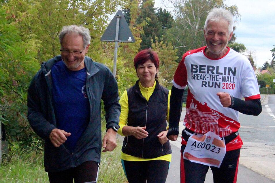 Zieleinlauf beim virtuellen Berlin Marathon von Manfred Grüneberg, begleitet von seinen LTL Vereinsmitgliedern Petra Löschner und Klaus Groß.