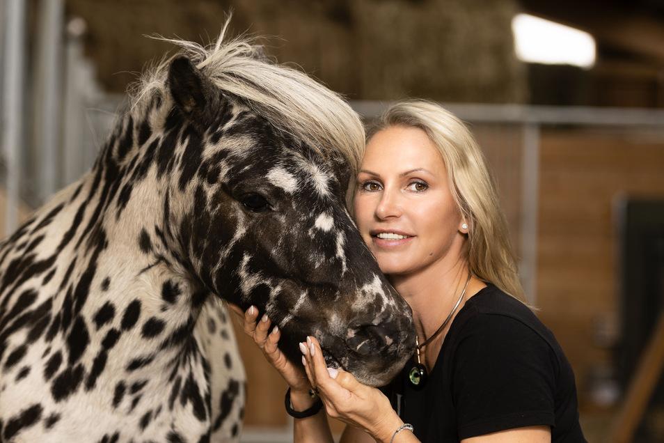 Grit Kaiser bietet auf ihrem Lewitzerhof Ponyführerscheine für Kinder an.
