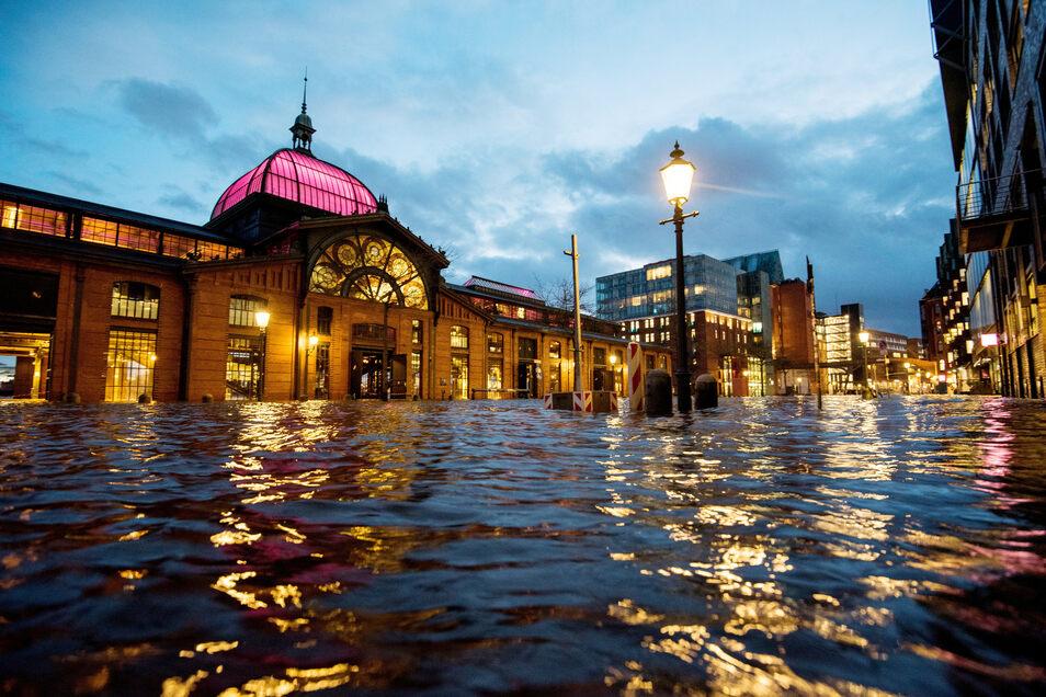 Am Montag wurde der Fischmarkt in Hamburg überflutet.