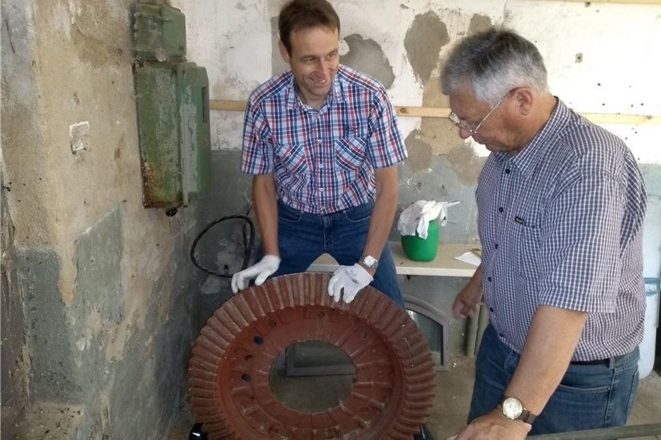 Marcel Fischer (l.) und Ulrich Klein bemühen sich um die Sanierung des Grumbacher Windrades. Hier stehen sie an einem der wenigen Originalteile.