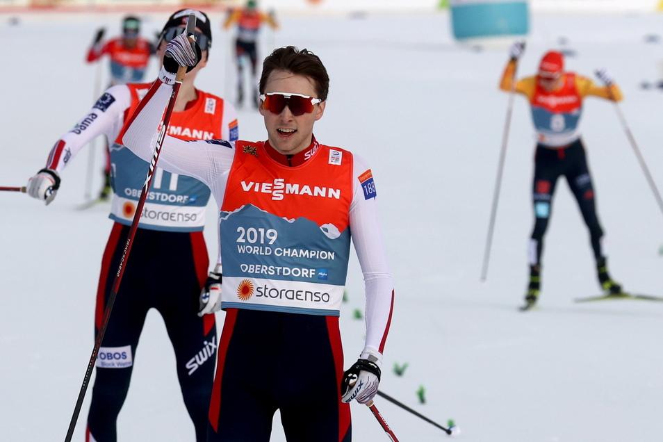 Jarl Magnus Riiber (vorne) aus Norwegen jubelt im Ziel über den Sieg, Eric Frenzel (hinten r) verpasst als Vierter eine Medaille nur knapp
