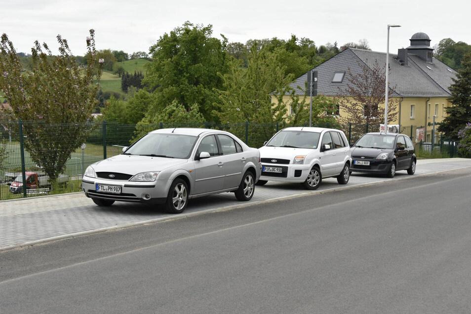 Am Sportplatz darf jetzt nur noch längs geparkt werden. Zusätzliche Stellflächen gibt es auf dem Parkplatz am Seniorenheim.