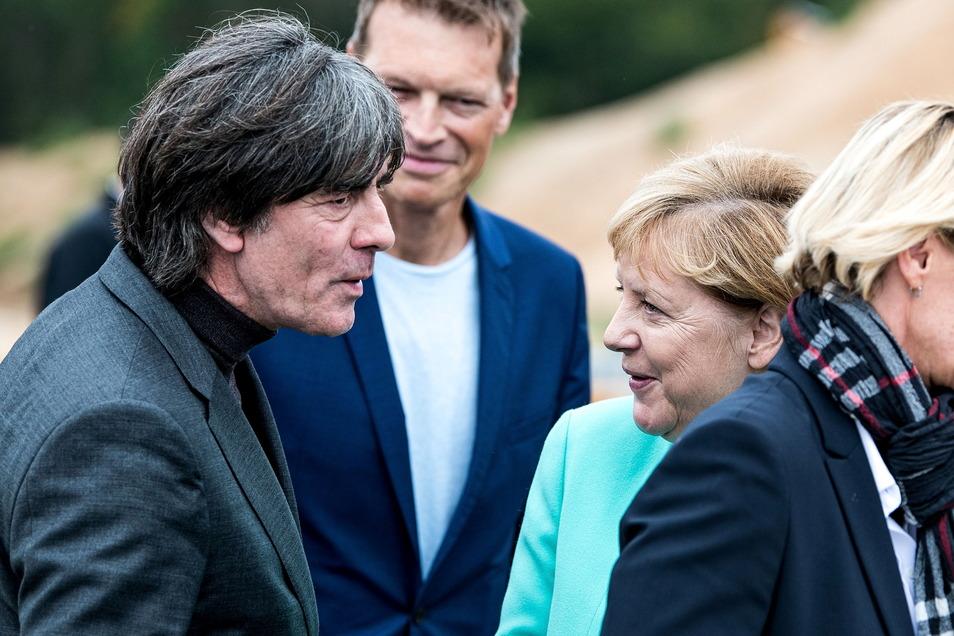 Man kennt sich, schätzt sich – und isst gelegentlich auch miteinander: Joachim Löw und Angela Merkel.
