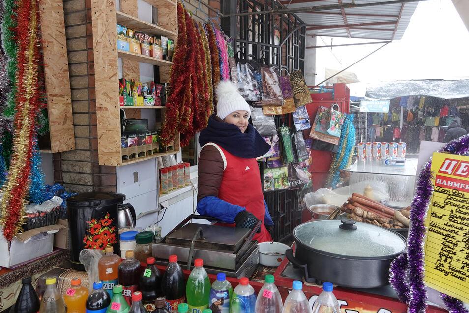 """Die Verkäuferin Olga bietet auf dem Zentralen Markt von Luhansk unter anderem Hot Dogs, Schaschlik und heiße Getränke an. Ukraine oder Russland? """"Hauptsache, nur kein Krieg mehr"""", sagt die 42-Jährige."""