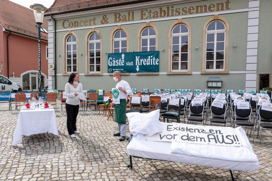 Mandy Hähnel, Betreiberin mehrerer Gaststätten in Altkötzschenbroda, und Robert Jugel, Küchenchef vom Goldener Anker, haben die Stühle-Aktion wesentlich mit organisiert.