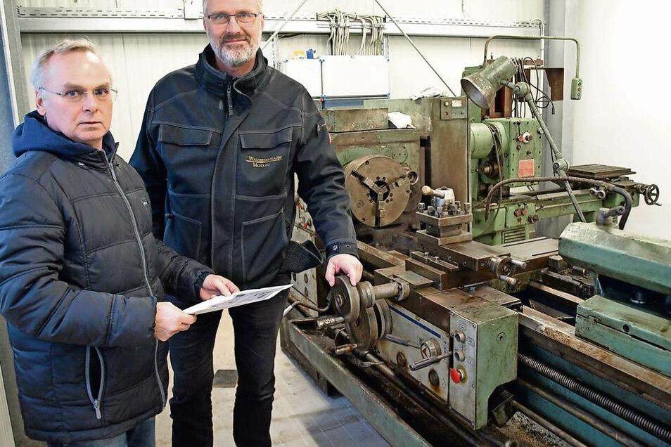 Wilfried Haenelt, Vorstandsmitglied im Verein, und WEM-Geschäftsführer Heiko Lichnok (re) in der neuen Fahrzeuginstandhaltungshalle mit Metallbearbeitungswerkstatt.