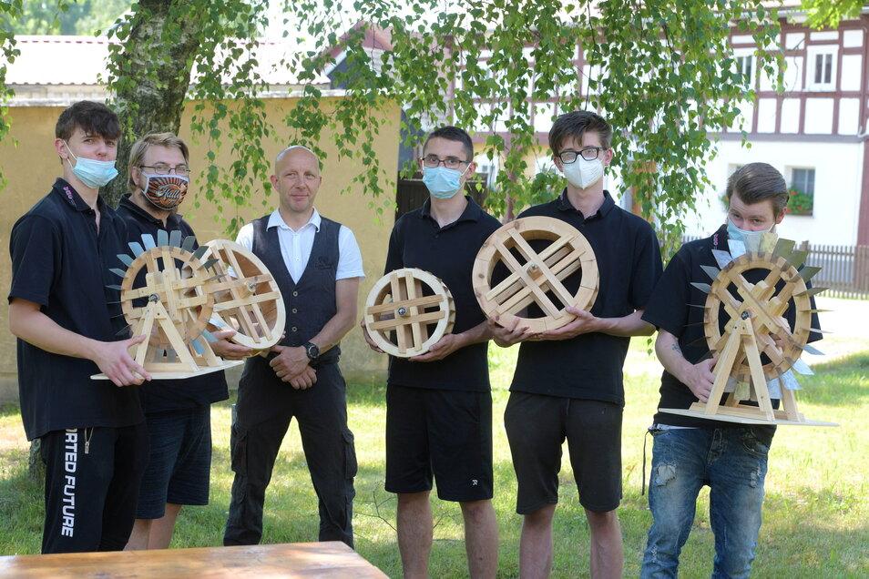 Für das Wasserrad haben die Jugendlichen zuvor Modelle angefertigt, bevor das zwei Meter große Original aus Eichenholz unter fachliche Anleitung des gelernten Zimmermanns Markus Kepstein entstand.