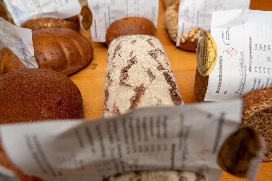 Insgesamt 55 Brote testete der Prüfer. Auf dem Begleit-Zettel hatten die Bäcker die Zutaten notiert.