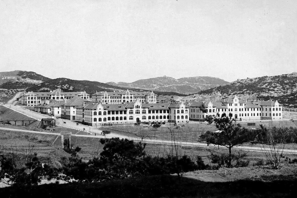 Postkartenansicht der Bismarck-Kaserne am Rande von Tsingtau. Hier zieht Karl Kockisch nach seiner Landung am 11. September 1912 für ein Jahr ein.