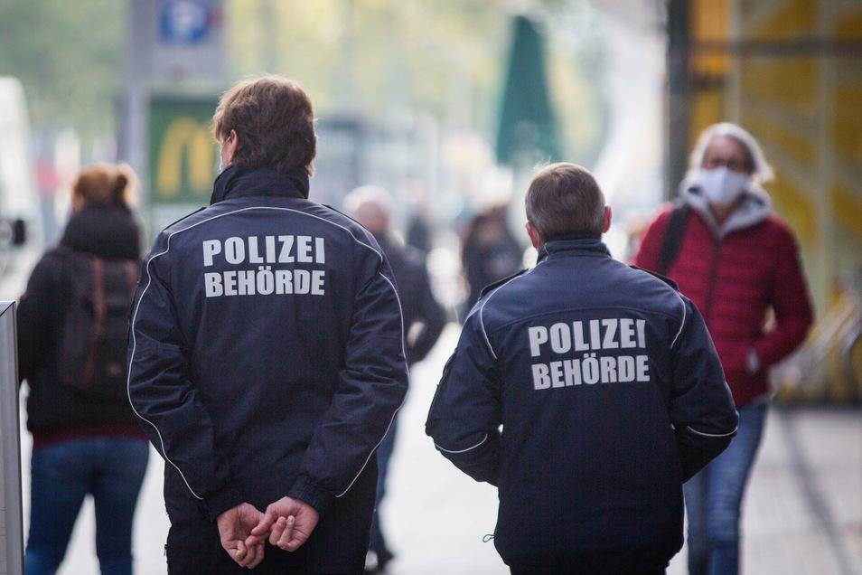 Das Ordnungsamt ist in Dresden unterwegs. Auf der Prager Straße muss eine Mund-Nasen-Bedeckung getragen werden.