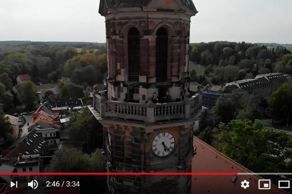 Auf dem Turm der Stadtkirche spielte einer der drei Trompeter. Der Auftritt des Trios ist jetzt auf Video zu sehen.