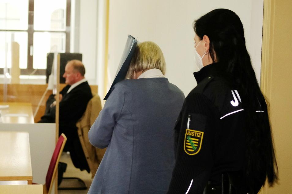 Die Angeklagte war der Vergiftung ihres Mannes vor 18 Jahren schuldig gesprochen - das Urteil geht nun in Revision.