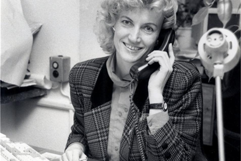 Lady Di hätte auch nicht professioneller in die Kamera lächeln können. In den Zeiten vor dem Internet telefonierten Journalisten noch mehr als heute.