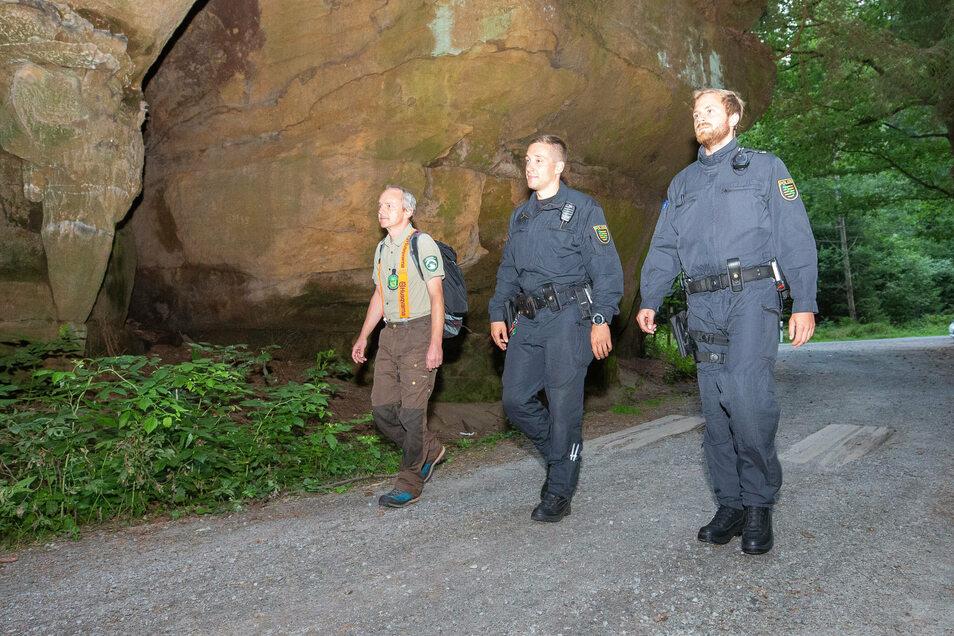 Steffen Eissner, Mitarbeiter der Nationalparkverwaltung (1.v.l.), ist im Sommer 2019 mit zwei Polizeibeamten auf Streife. Bei einer Kontrolle wie dieser wurden auch die jetzt Betroffenen beim verbotenen Übernachten erwischt.