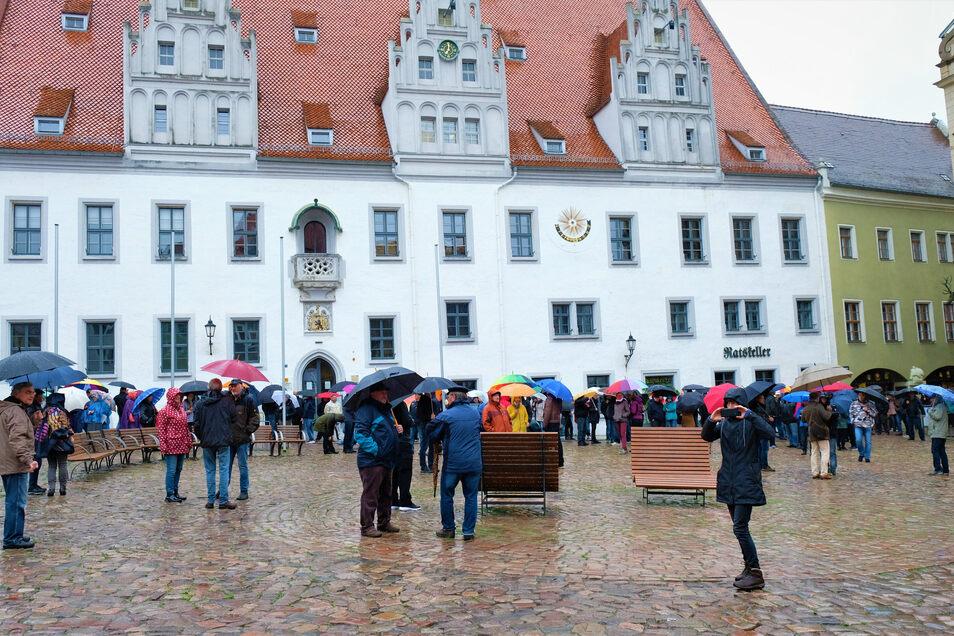 Protestierer am 11. Mai auf dem Meißner Markplatz. Trotz strömenden Regens kamen rund 150 Menschen zusammen, die mit der Politik in der Corona-Krise unzufrieden sind.