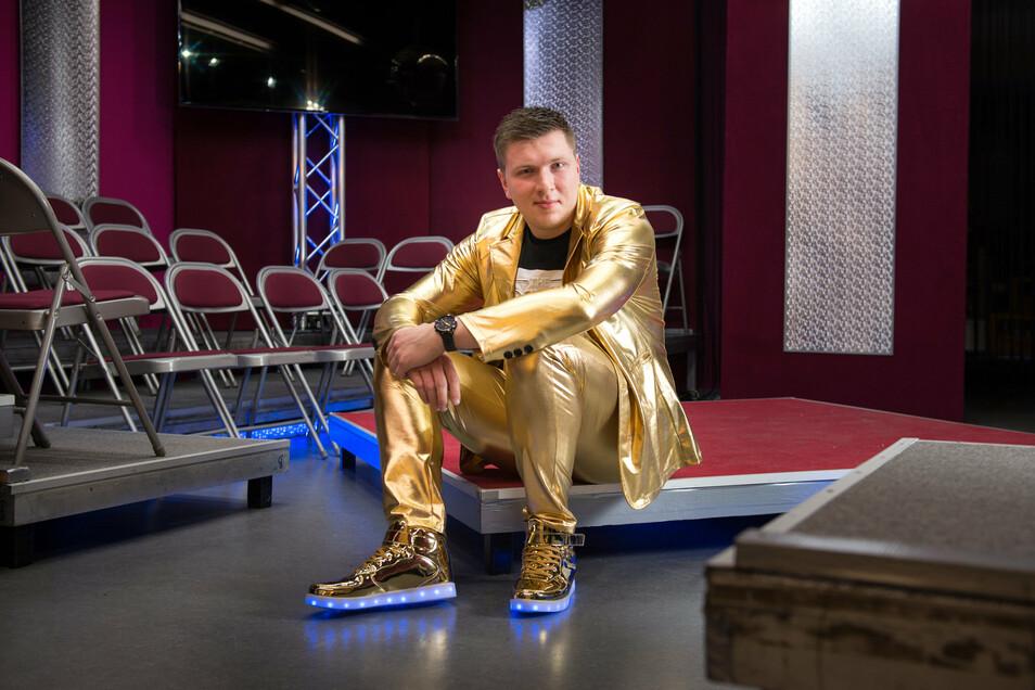 Im Studio von MyTVplus im Elbepark tritt Jonny Rönnefahrt gern im goldenen Anzug auf.