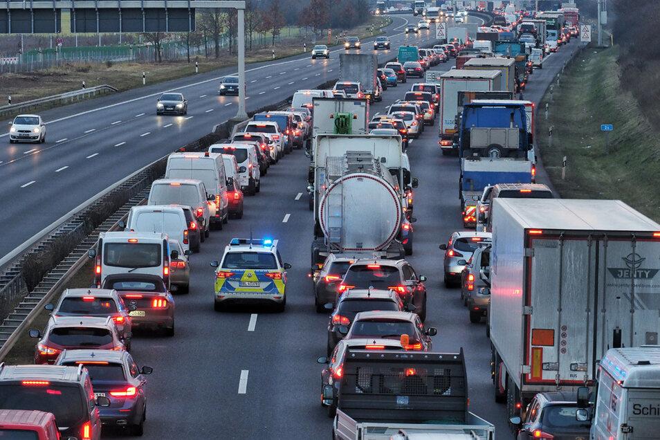Ein Streifenwagen macht auf einer Autobahn eine Rettungsgasse frei um werdende Eltern rechtzeitig in die Klinik zu bringen.