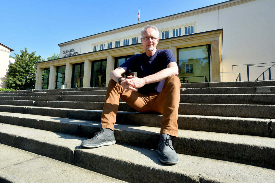 """Pastor Johannes Weiß vor dem Zittauer Theater, wo der """"Marsch des Lebens"""" starten soll und bis zum Dreiländereck führen wird."""