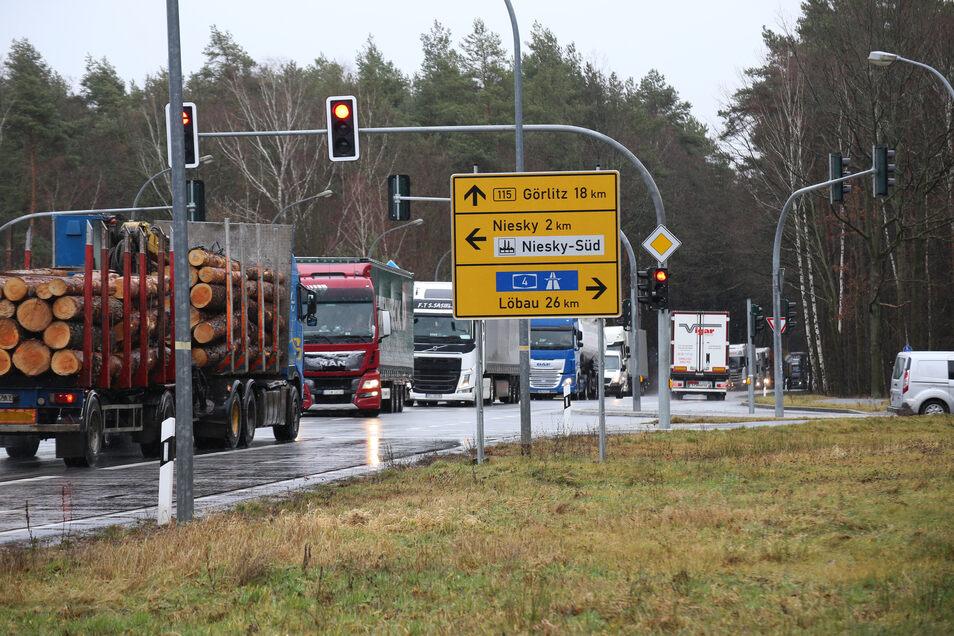 An der Jänkendorfer Kreuzung staut sich Mittwochvormittag wieder der Verkehr. Der Grund sind Wartungsarbeiten an der Löschwasseranlage im Autobahntunnel.