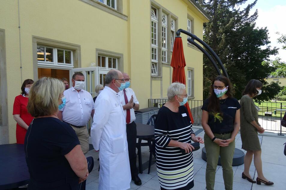 Staatssekretärin Dagmar Neukirch (rechts) vom Sozialministerium besichtigte jetzt die sanierte Tagesklinik.