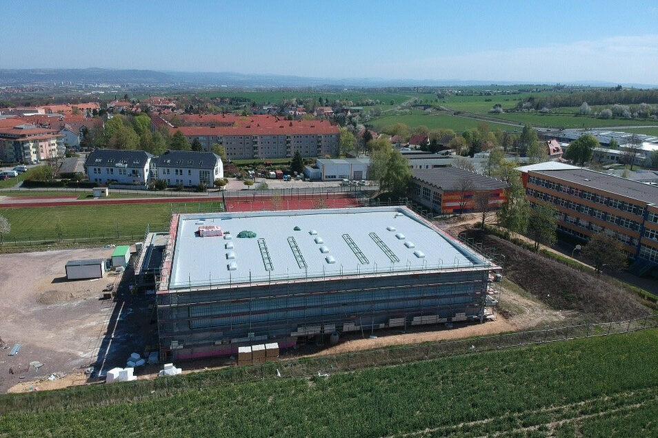 Die neue Sporthalle ist dicht. Bis zum Sommer soll der Bau abgeschlossen sein.