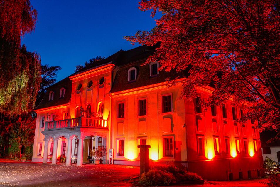 Auch das Schloss in Nedaschütz bei Göda wurde am Montagabend in besonderes Licht getaucht.