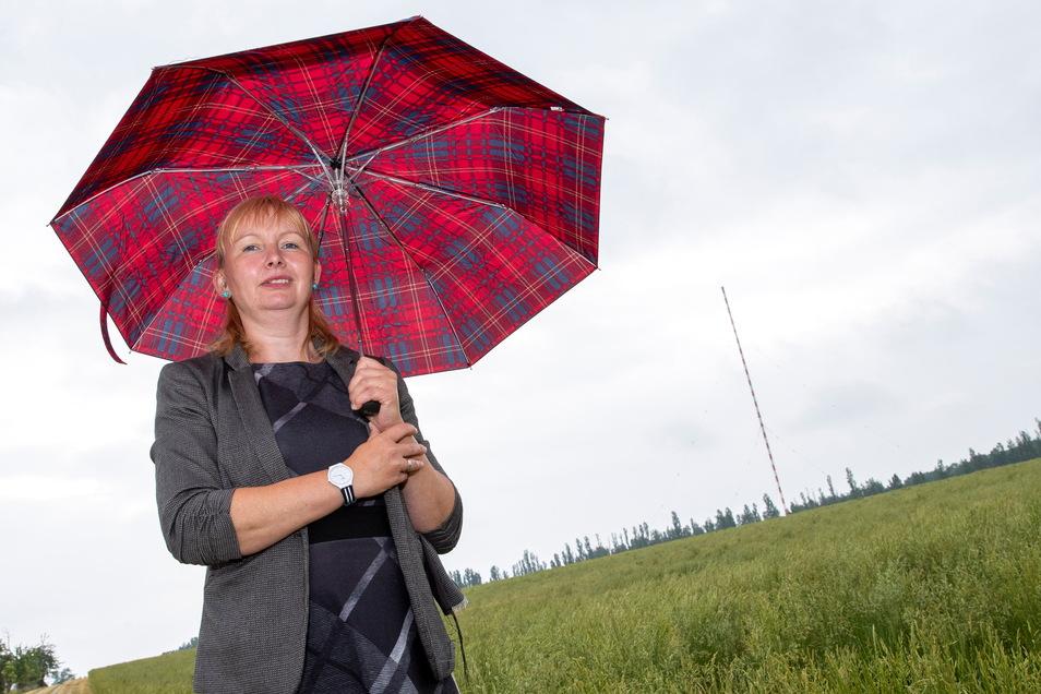 Sabine Neumann vom Förderverein Funkturm in Wilsdruff steht unmittelbar vor dem Turm. Sie und die anderen Mitglieder des Vereins kämpfen darum, das Wahrzeichen zu erhalten.