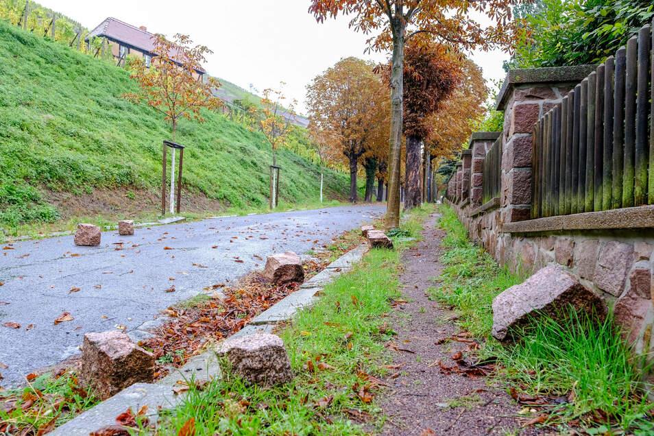 Steine am Mittwoch auf der Straße unterhalb des Weinberges Goldener Wagen neben der Spitzhaustreppe. Der starke Regen hat offenbar eine der Mauern gesprengt, die Brocken sind zu Tal gestürzt.