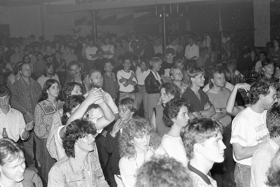 Seit Jahrzehnten beliebte Adresse für Nachtschwärmer: die Zwei Linden in Rauschwalde - hier im September 1989 bei einem Konzert.