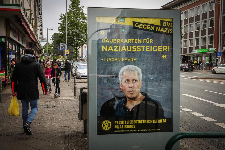 Eines der  illegalen aufgehängtes Plakat ist auf dem Weg zum Stadion zu sehen.