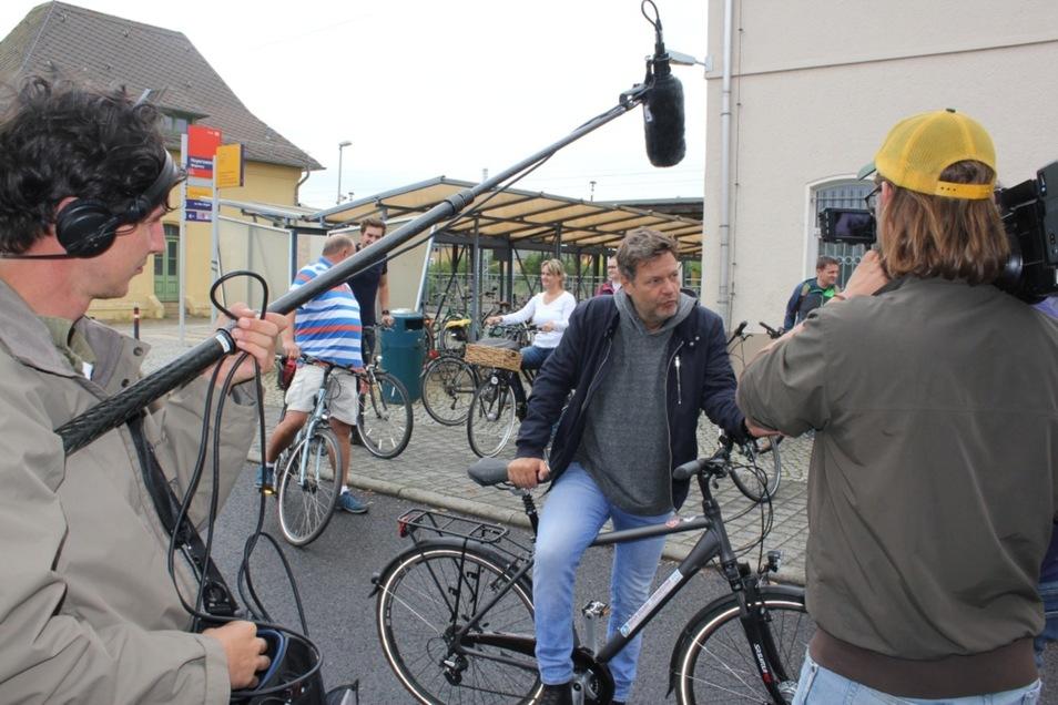Kurz vor dem Start noch ein Interview fürs Fernsehen am Bahnhof Hoyerswerda. Robert Habeck kam mit dem Zug und fuhr per Rad weiter nach Wittichenau.