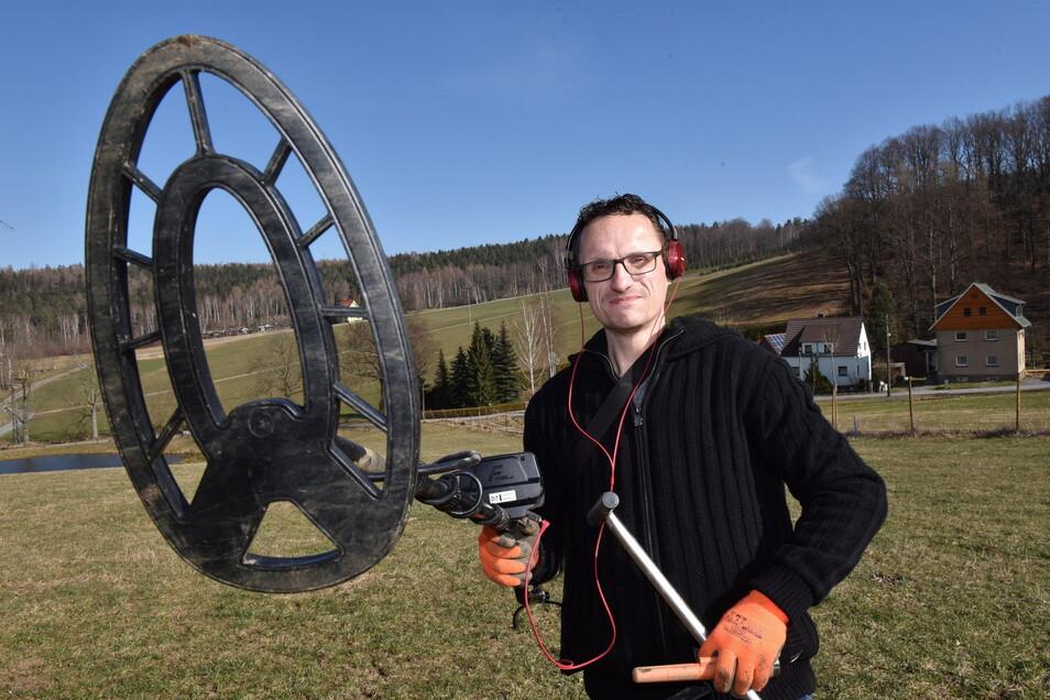 Thomas Starke sucht mit seinem Detektor nach verlorenen Metallgegenständen. Meistens wird er fündig.