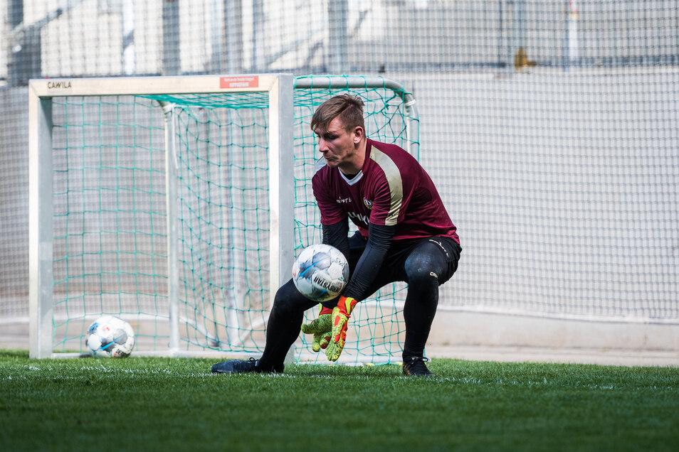 Torwart Kevin Broll darf wieder Bälle parieren. Seit Mittwoch trainiert Dynamo in kleinen Gruppen. Er ist mit Ersatzkeeper Tim Boss und Torwartcoach Brano Arsenovic auf dem Platz im Rudolf-Harbig-Stadion.