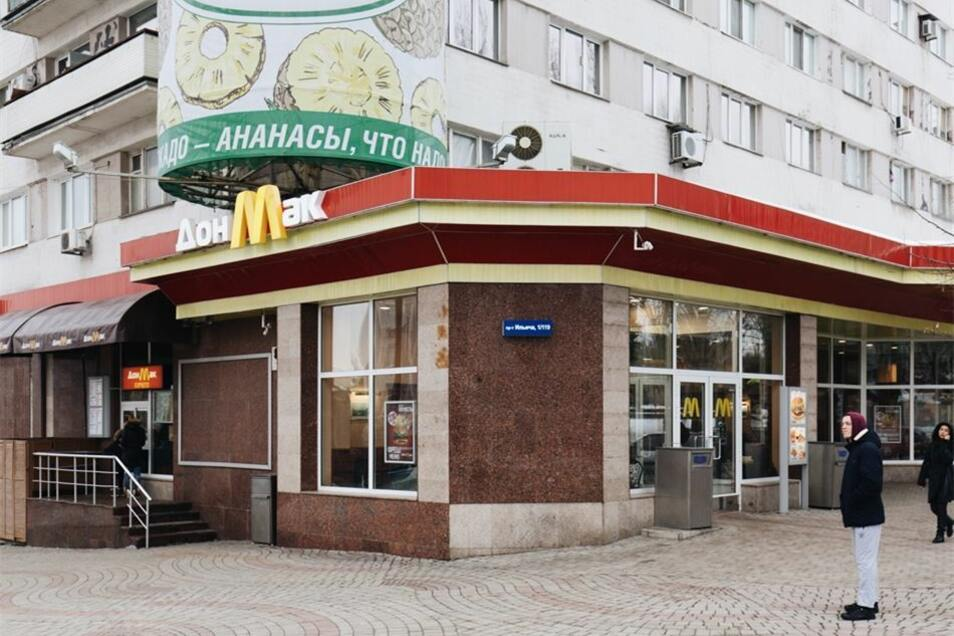 Der einstige McDonalds heißt jetzt DonMak. Das Angebot ist gleich geblieben. Das Publikum auch.