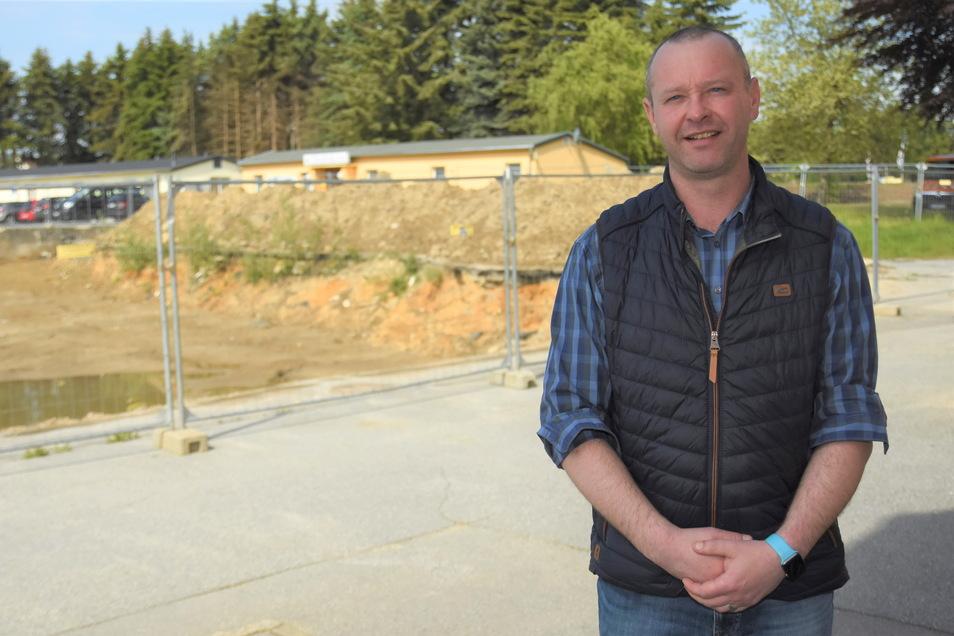 Der Burkauer Bürgermeister Sebastian Hein vor der Fläche, auf der einst die Mittelschule stand. Hier soll ein neuer Hort entstehen.