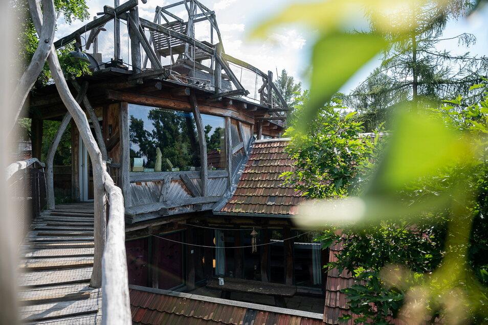 Oberhalb der Wohnetagen befinden sich die Büros von Jürgen Bergmann und Doreen Stopporka sowie eine große Dachterrasse mit hölzerner Schaukel.
