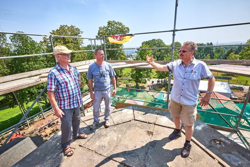 Bernd Krause (l.) und Andreas Witschel (M.) nutzten die Gelegenheit. Oben auf dem Lugturm, auf dem die Brüstung noch fehlt, erklärt ihnen Rainer Nitzsche Vergangenheit und Zukunft.