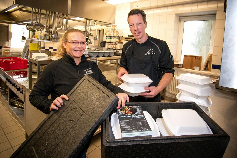 Sie bereiten im Landhotel Sonnenhof Ossig Essen für die Außer-Hauslieferung vor: Restaurantleiterin Anke Förster und der stellvertretende Küchenchef Michael Haseloff.