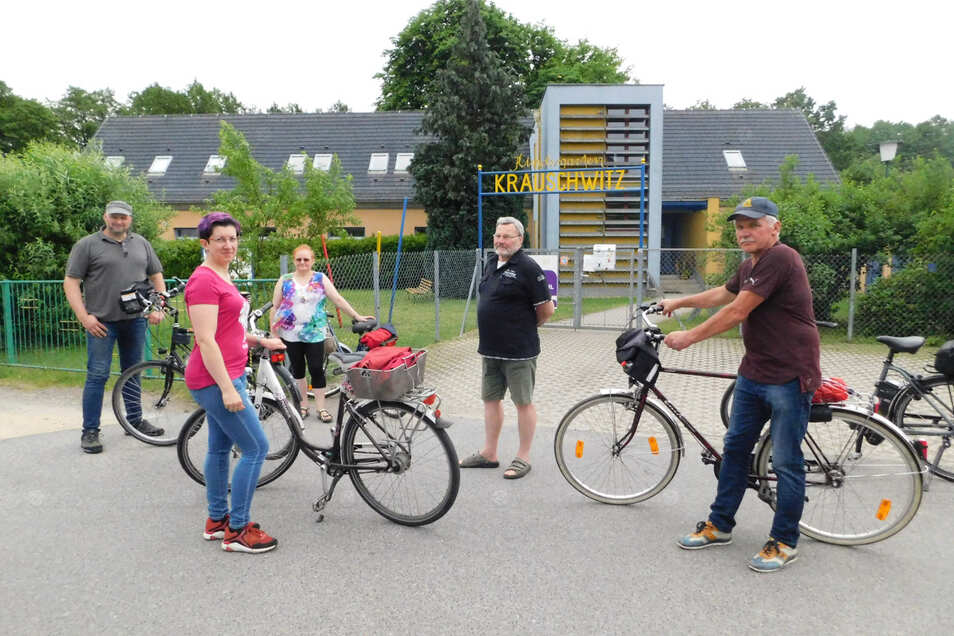 Thomas Najork, Monika Prinz, Heike Krahl, Frank Frenzel und Detlef Roitsch (von links nach rechts) hielten bei der Ortsbefahrung auch vor der Kita in der Schäferstraße. Hier sind Parkflächen für Eltern und Erzieher geplant.