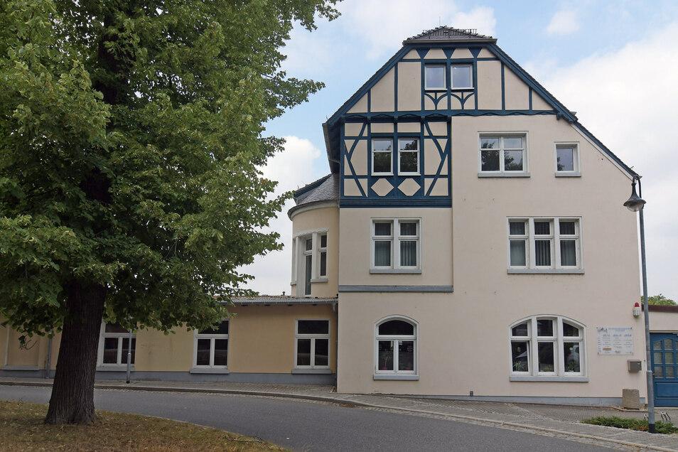 Die Stadtverwaltung verkauft das ehemalige Waldheimer Kulturzentrum an der Gartenstraße. Dort befindet noch die Bibliothek im Erdgeschoss.