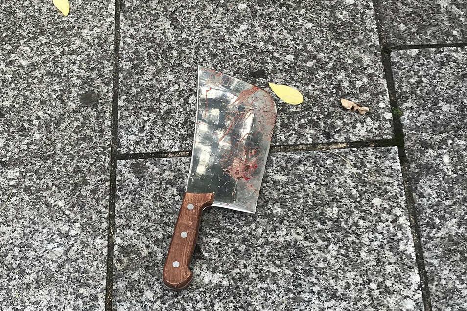 Die Opfer hatten gerade eine Raucherpause gemacht, als der Angreifer sie mit einem Beil attackierte.